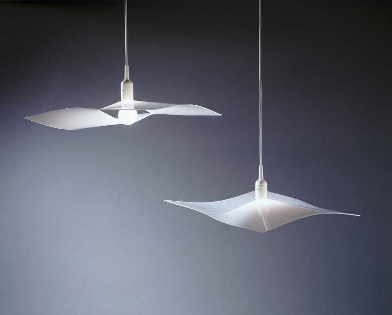 《手帕灯 Handkerchief Light》,山中一宏,1999年,图片来源于艺术家本人:山中将一个标准的LED灯灯泡安置于一张聚丙烯材质的狭缝中,让光穿透轻薄的材质,并于边缘营造简洁的线条